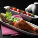 Elegáns, szolidan csinos ebédnekvaló, sült csirkecombból és friss zöldségekből.