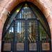 A bejárat gyönyörű bronzkapuja